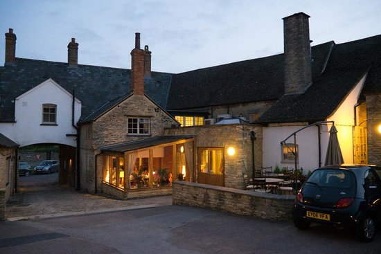 Cartwright Hotel: The entrance and restaurant from the car park