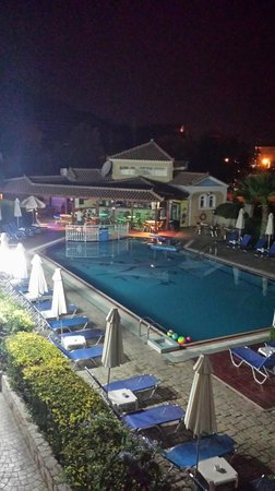 Petros Hotel: Petros pool area at night