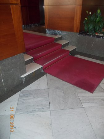Hotel Polana: Threadbare carpet in the entrance