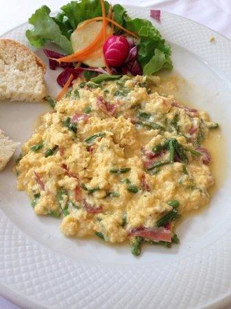 Dopolavoro: scrambled eggs with prosciutto and wild asparagus