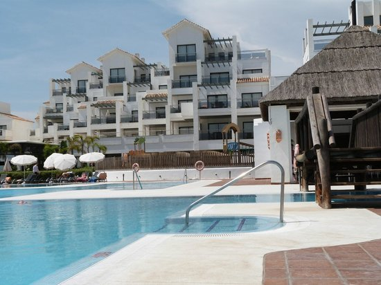 Hotel Fuerte Estepona: Pool and bar area