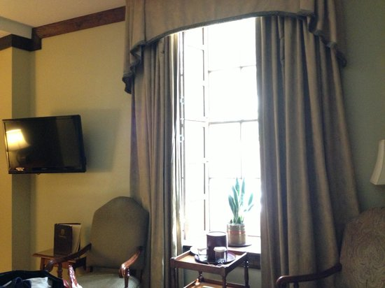 The Vendue Charleston's Art Hotel: Flat screen TV