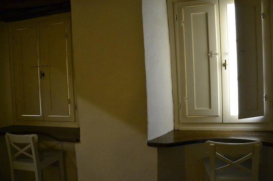 La camera da letto, particolare dei davanzali interni delle finestre ...