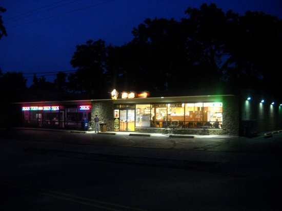 Bob's Pantry & Deli : Bob's Pantry and Deli at night as seen from near the Braeside Metra station