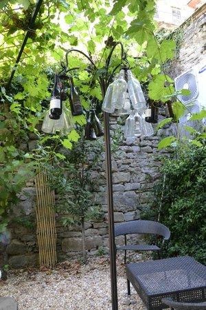 Locanda Pane e Vino: Giardino...originale lampada decorata con bottiglie
