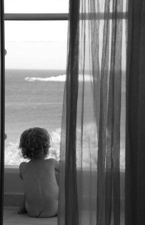 Karpathos Town (Pigadia), Grèce : Mia figlia di 18 mesi che scruta il mare dal balcone della camera