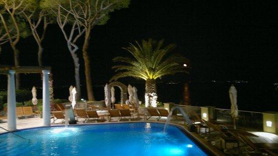 San Montano Resort & SPA: Hotel at night