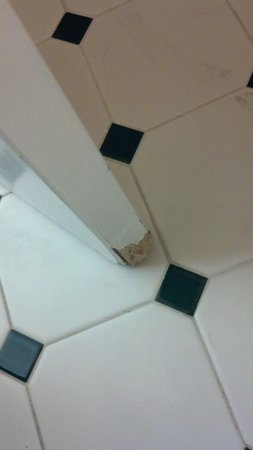 Indianapolis Conference Center Hotel: Damaged bath door