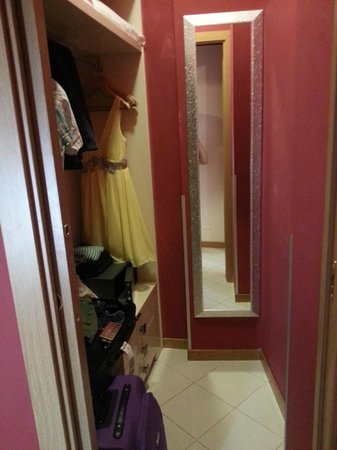 Fellini Inn Rome: Wardrobe