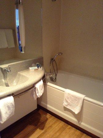 Novotel Lens Noyelles : Basic Bathroom