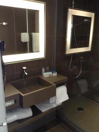 Novotel Lens Noyelles : Superior bathroom