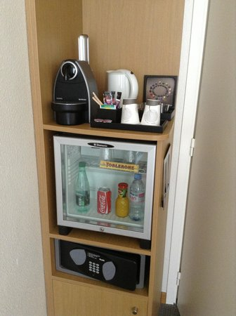 Novotel Lens Noyelles : VIP room coffee machine/minibar/safe