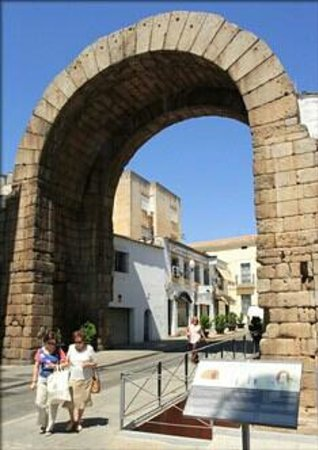 Basílica de Santa Eulalia: Arco d Trajano(Empera5)..foto d Damiano