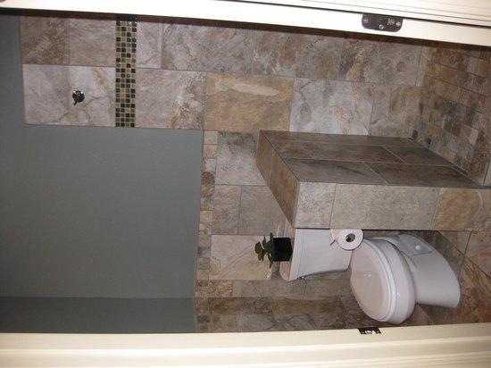 The Tavern Hotel: A peek in the bathroom