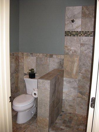 The Tavern Hotel : A peek in the bathroom