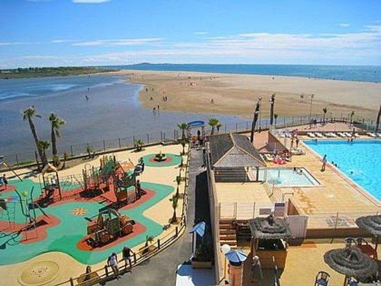 Serignan, France: Vue de l'aire de jeux, le lac, la mer, et la piscine