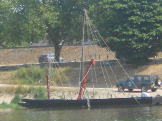 """Observatoire de Loire: Bâteau traditionnel appelé """"Toue"""" en attente"""