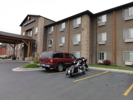 Comfort Inn & Suites Custer: Hotel front.