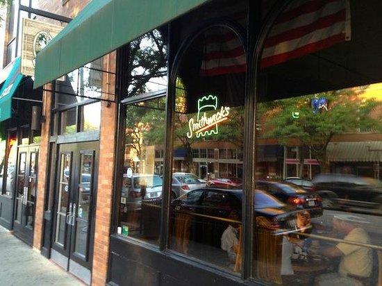 Mac's Cafe: Entrance to cafe