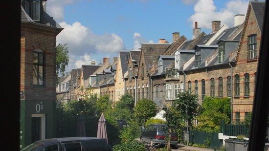 Aamanns Deli & Take Away : Il panorama del tipico quartiere Danese visibile da dentro il locale