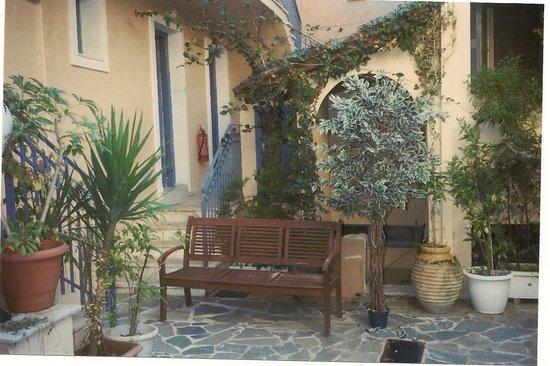 Louisa Apartments: ο ακαλιπτος  χωρος   με ομορφα  λουλουδια