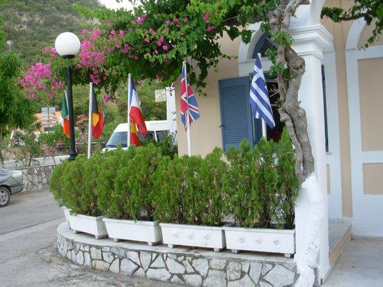 Louisa Apartments: λουισα  εισοδος  με ομορφα  λουλουδια