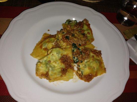 Osteria Bastarda Rossa: Pasta ricotta e spinaci,al ragù