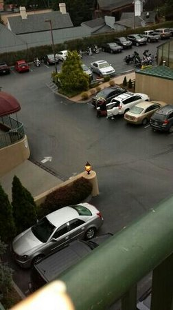 Black Bear Inn & Suites: The view of parking lot from our balcony.