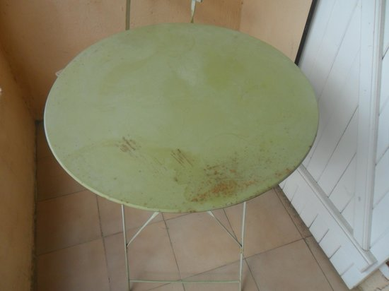 Hotel Aiglon Bylitis : il tavolino estreno arrugginito