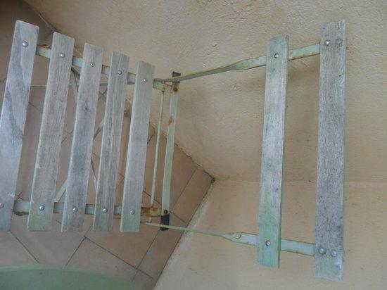 Hotel Aiglon Bylitis : le sedie arrugginite