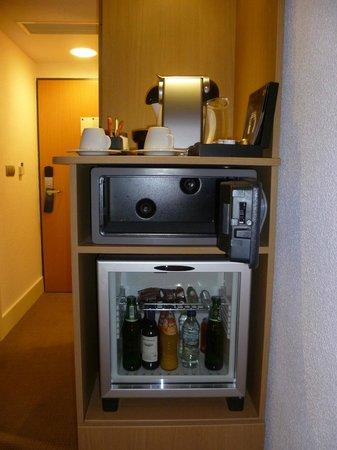Novotel Warszawa Airport : Minibar, cassaforte e macchina del caffè