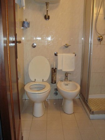 Bagno minuscolo e senza finestra foto di hotel radar - Bagno senza finestra odori ...
