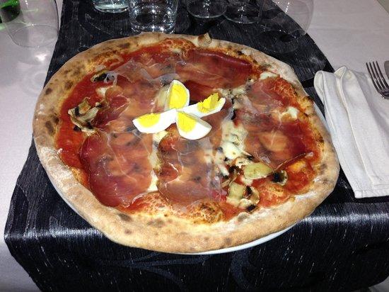35mm Pizzeria: Capricciosa con prosciutto crudo e pezzi di uova sode