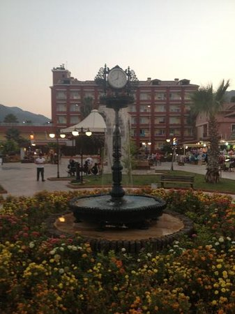 Vela Hotel Icmeler: hotel behind fountain