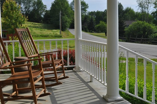 Yellow Farmhouse Inn: Rocking chairs on the front porch - very relaxing.