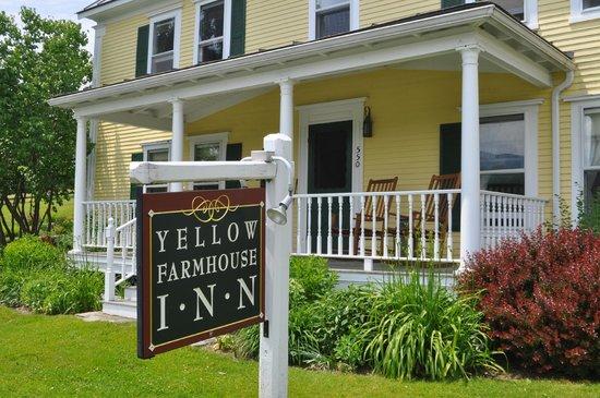 Yellow Farmhouse Inn: The front of the farmhouse.