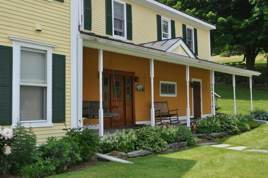 Yellow Farmhouse Inn: Entrance.
