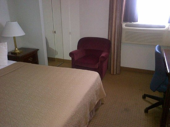 Holiday Inn Express & Suites Toronto Airport West: Small room