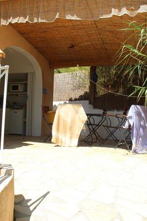 Aloasis : la terrasse et la cuisine individuelle
