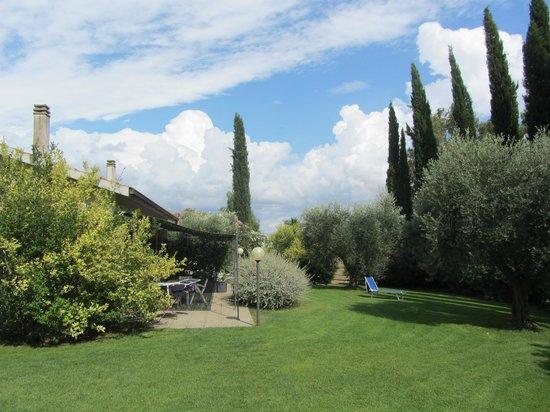 Agriturismo Peretti: Una parte del giardino..