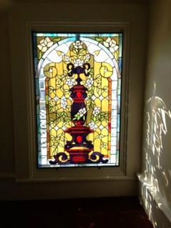 College Hill Bed and Breakfast: Stained glass window in hallway of College Hill B&B