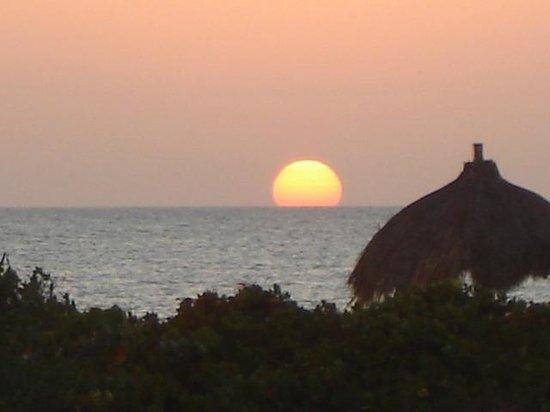 Hotel Xixim: Una vista desde nuestra cabaña y asi son todas las tardes
