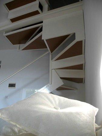 Balarte Hotel : Le scale all'interno della stanza fra zona notte e zona giorno.