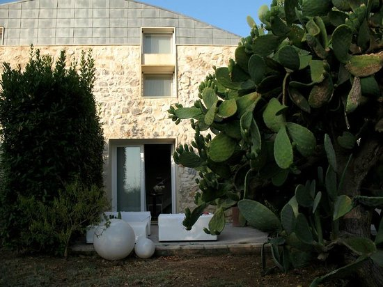 Balarte Hotel : La stanza su 2 livelli vista dal giardino.