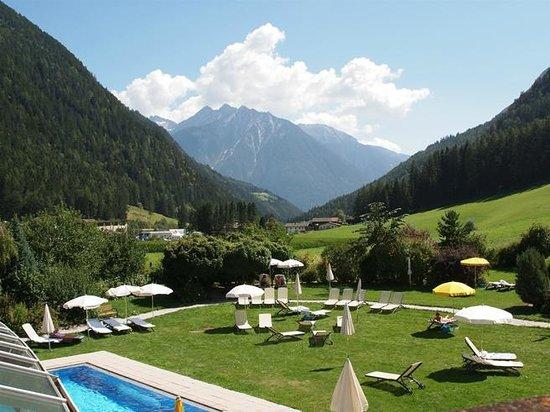 Hotel Schwarzenstein: Sicht von der Hotelterasse über die Liegewiese ins Tal