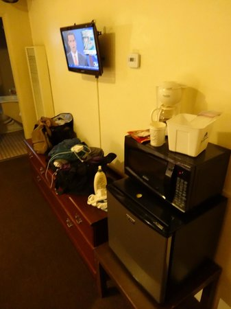 Americas Best Value Inn: microwave and place for stuff
