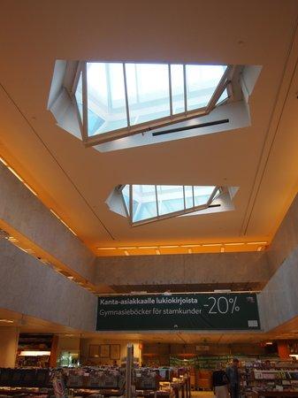 Academic Bookstore (Akateeminen Kirjakauppa): 吹き抜けの本型の窓