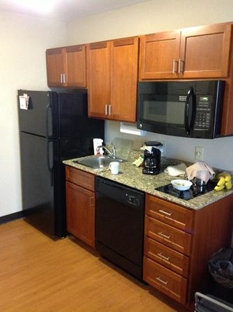 Candlewood Suites Elmira Horseheads : kitchenette