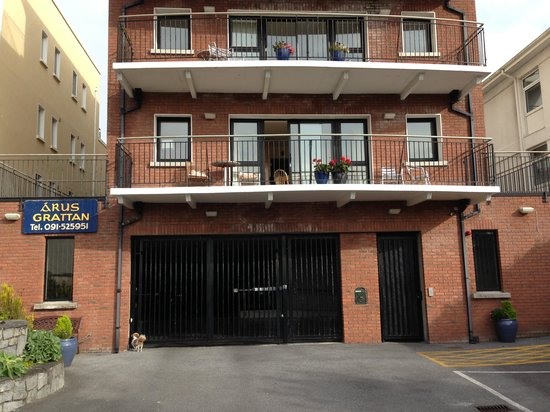 Arus Grattan Apartments : front of building and secure parking