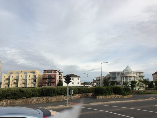 Arus Grattan Apartments: view of Arus Grattan from seafront promenade